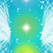 Siden vedr. Healing viser chakraer omfavnet af englevinger - SOULANDBODY